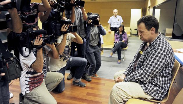 El celador del geriátrico La Caritat de Olot, Joan Vila, en la Audiencia Provincial de Girona poco antes de conocer el veredicto del jurado popular