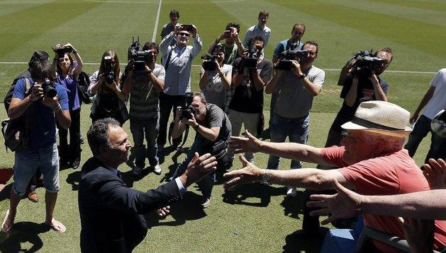 Joaquín Caparrós es saludado por un aficionado durante su presentación en el Levante
