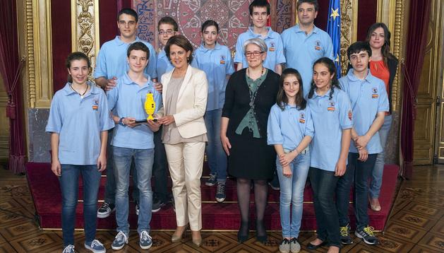 La presidenta del Gobierno, Yolanda Barcina, y la consejera Lourdes Goicoechea, junto a los integrantes del equipo Mechatronic Ants