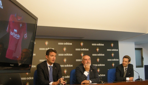 Miguel Bados, director de Marketing de Osasuna, Manolo Ganuza, directivo del club, y Luis Cano, de Adidas, han presentado en un monitor la nueva camiseta de Osasuna
