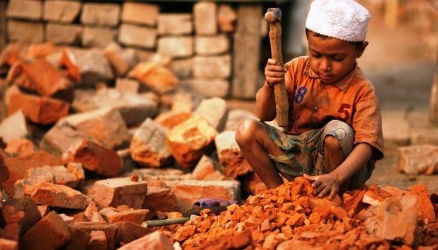 Un niño trabaja en una fábrica de ladrillos en Bangladesh.
