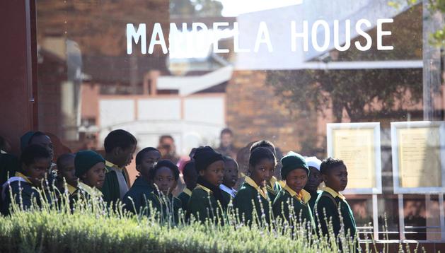 Estudiantes hacen cola para visitar la casa del expresidente sudafricano Nelson Mandela en Soweto, Johanesburgo