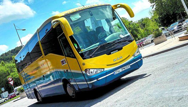 El autobús de la ruta Estella-Lazagurría-Mendavia este lunes en la estación. No paró. No había pasajeros.