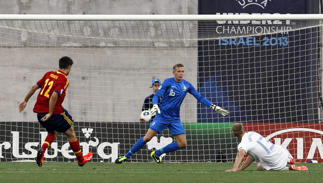 El delantero de la selección española sub'21 de fútbol, Álvaro Morata (izda.) marca el primer tanto ante la selección holandesa durante el partido del Europeo de sub'21
