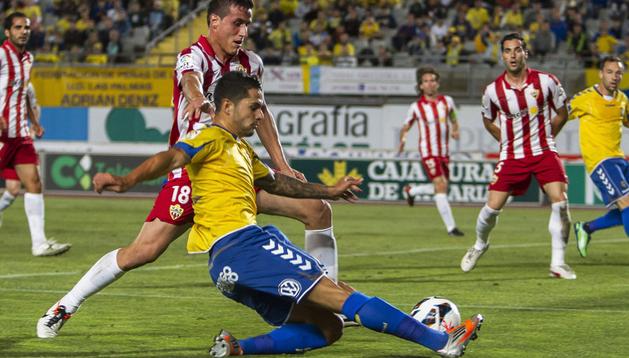 El jugador de la Unión Deportiva Las Palmas Vitolo (3º por la izda.) es defendido por Christian (2º por la izda), del Almería, durante el partido de ida de la eliminatoria de la fase de ascenso a la Liga BBVA