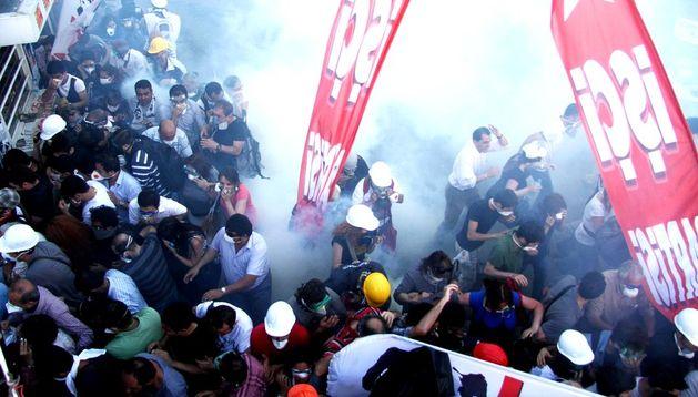 Enfrentamiento entre policía y manifestantes en Estambul.