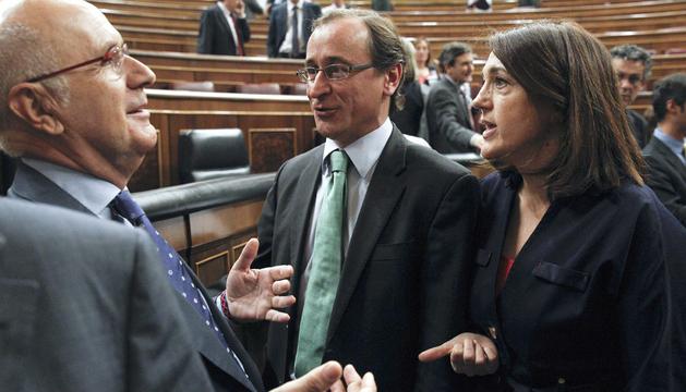Los portavoces del PP (c) y del PSOE en el Congreso (d) conversan con el de CiU (i), este jueves en el Congreso