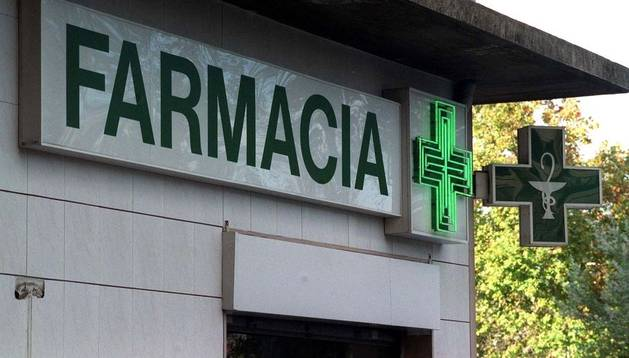 Cartel y cruz de una farmacia.