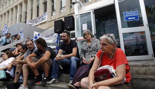 Varios empleados de la radiotelevisión pública griega se manifiestan a las puertas de su sede