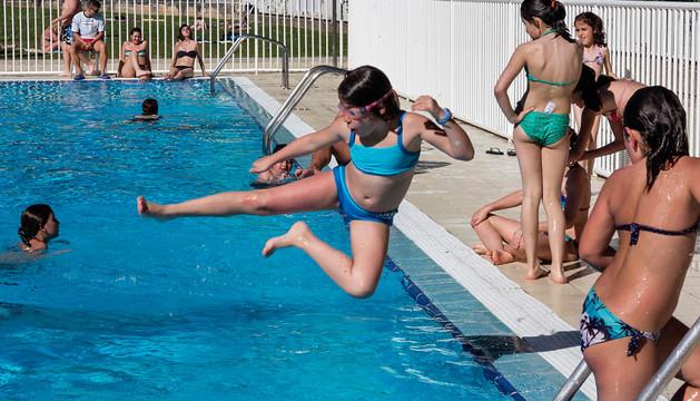 Una niña lanzándose al agua ayer en las piscinas municipales del Agua Salada de Estella.