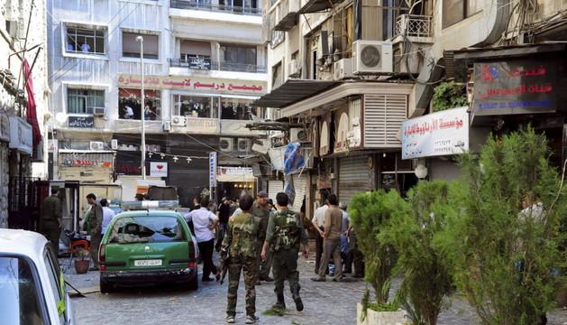 Varias personas en el lugar donde se produjo una explosión en la concurrida plaza de Al Marya en Damasco (Siria).