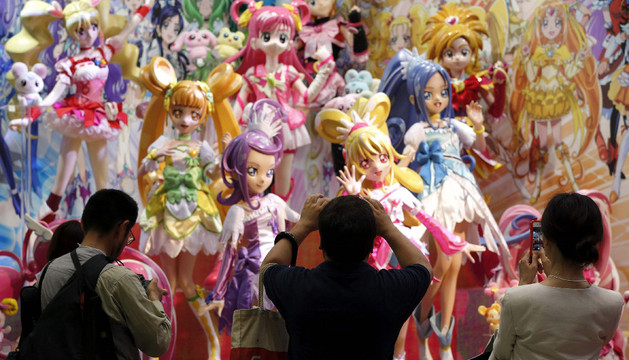 Visitantes fotografían las figuras de la serie animada japonesa Pretty Cure for the PreCure All Stars.