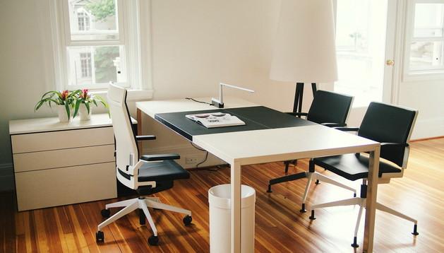 Muestra de muebles de oficina de diseño español, en la antigua residencia del embajador de España en Washington.