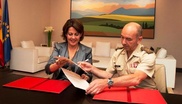 Barcina y el comandante militar, González Arteaga, se intercambian el convenio.