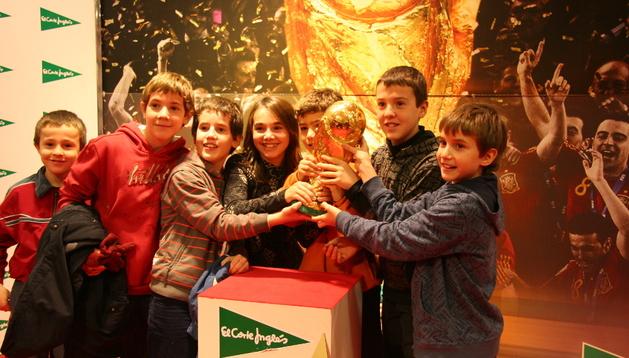 Varios niños se fotografían con la Copa del Mundo en 2010.