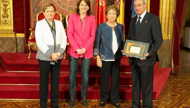 El doctor Cenzano muestra su premio Sánchez Nicolay, junto a Fortún, la consejera Vera y Primitiva Antón.