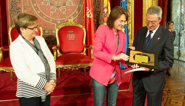 La consejera Vera entrega el premio Sánchez Nicolay al doctor Cenzano, en presencia de María Teresa Fortún.