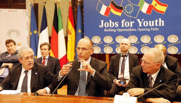 El primer ministro italiano, Enrico Letta (centro), comparece junto al ministro italiano de Economía, Fabrizio Saccomanni (izda.), y el ministro alemán de Finanzas, Wolfgang Schaüble (dcha), tras la cumbre en Roma.
