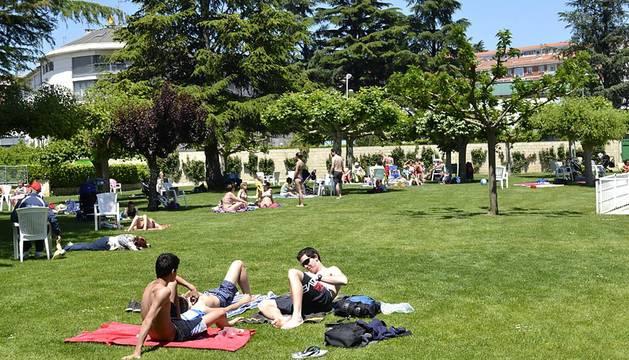 La mayoría de las piscinas de Pamplona ha abierto sus puertas este sábado dando inicio a la campaña de verano.