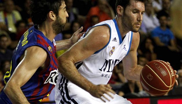El jugador del Regal Barcelona Juan Carlos Navarro (izda.) defiende a Rudy Fernández, del Real Madrid, durante el tercer partido de la final de la Liga Endesa disputado en el Palau Blaugrana, en Barcelona