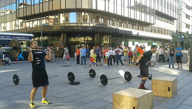 Exhibición anterior del equipo CrossFit Pamplona en la avenida Carlos III.