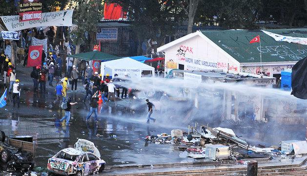 La policía arremete con chorros de agua contra los manifestantes.