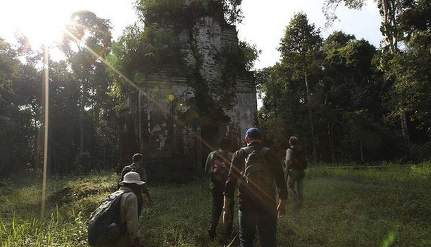 El arqueólogo Damian Evans pasea junto a su equipo por las ruinas de la ciudad.