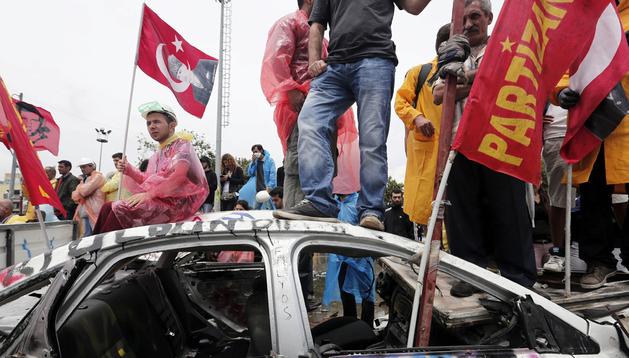 Manifestantes sostienen banderas del fundador de la Turquía moderna, Ataturk, en el parque Gezi en Estambul (Turquía)