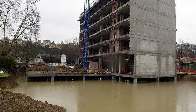 LOS PRIMEROS EDIFICIOS. El 4 de febrero de 2003 llegó la primera inundación a la nueva Rochapea en construcción. En la imagen uno de los edificios de la calle Río Arga.