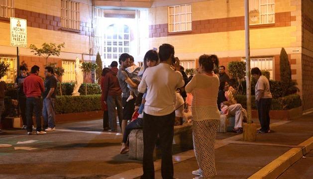 Habitantes de Ciudad de México salen a la calle tras registrarse el movimiento sísmico