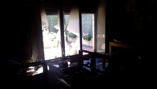 El salón de la vivienda afectada por el fuego en Olaz.