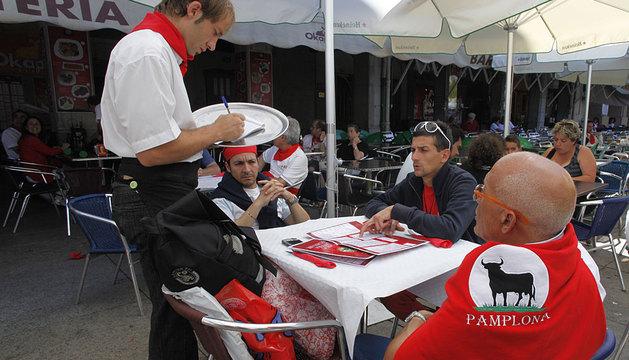 Un camarero  toma nota de un pedido en San Fermín.