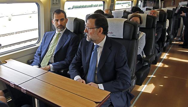 El Príncipe Felipe conversa con Mariano Rajoy, durante el viaje inaugural del AVE Madrid-Alicante.