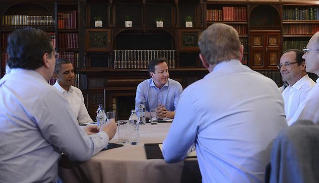 David Cameron (3i), Barack Obama (2i), y François Hollande (2d), durante un encuentro mantenido en Lough Erne.