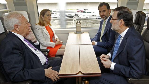 El Príncipe conversa con el presidente del Gobierno ante la mirada de Ana Pastor y  de García-Margallo