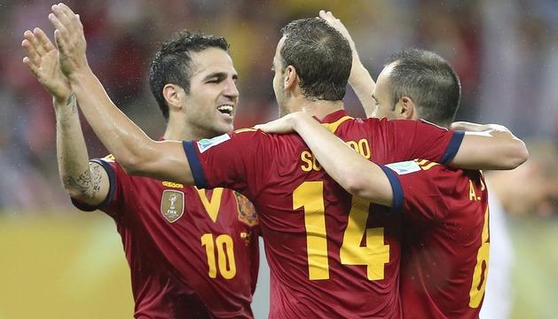 El delantero de la selección española, Roberto Soldado (c) celebra con sus compañeros, los centrocampistas Césc Fábregas (i) y Andrés Iniesta (d) su tanto ante Uruguay