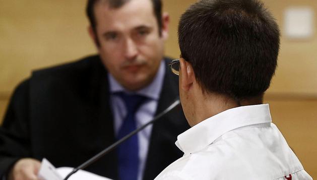 Javier Samanes, acusado de asesinar en Valtierra al joven Dayan Murillo Blasco, ante su abogado Eduardo Ruiz de Erenchun.