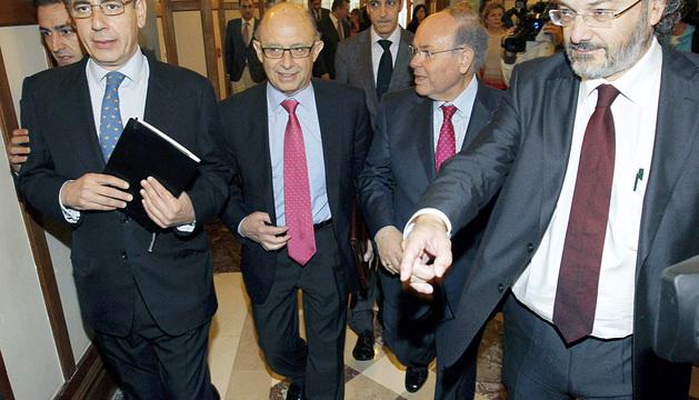 El ministro de Hacienda, Cristóbal Montoro, segundo por la izquierda.