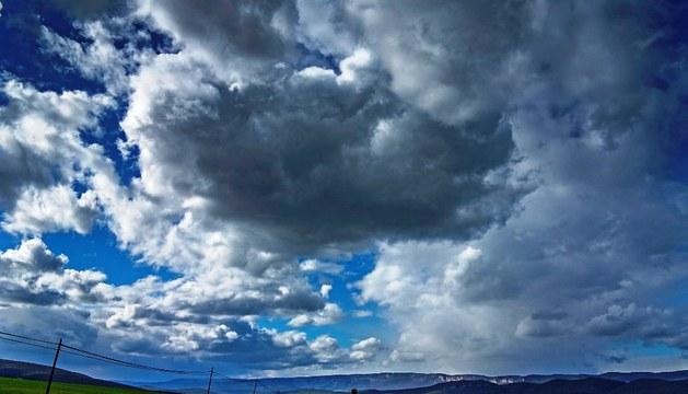 Cielo nuboso sobre un pueblo navarro.