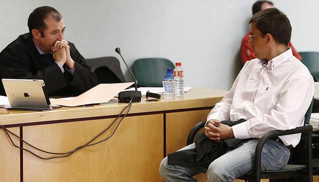 Javier Samanes (d), acusado de asesinar al joven Dayan Murillo Blasco, en la sesión del juicio.