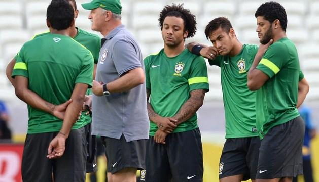 Marcelo, Neymar y Hulk escuchan a Scolari.