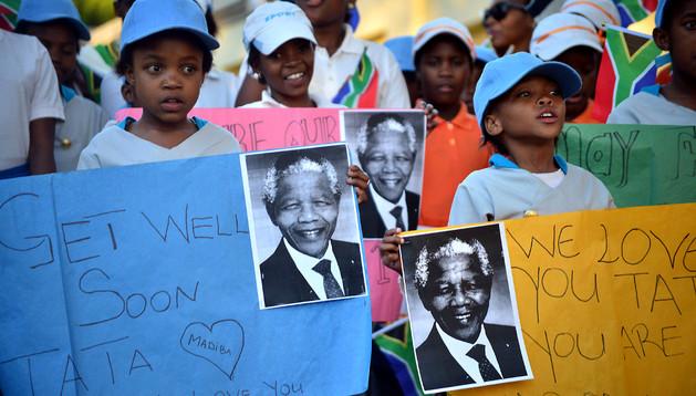 Niños con mensajes de ánimo para Nelson Mandela