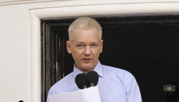 El fundador de WikiLeaks lee un comunicado en la embajada de Ecuador en Londres