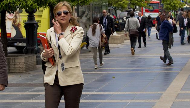 La infanta Cristina, a la salida de su trabajo en la central barcelonesa de La Caixa