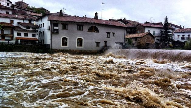 El río Esca a su paso por Burgui