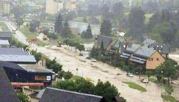 Fotografía facilitada por el Ayuntamiento de Vielha (Lleida) del río Garona desbordado a su paso por dicha localidad