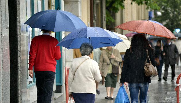 Los paraguas, protagonistas en la avenida Carlos III de Pamplona.