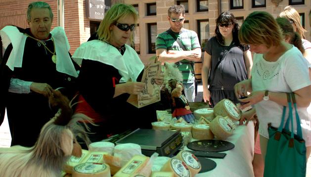 Un puesto de degustación y venta de queso del Roncal en la Plaza Carlos III, en Olite.