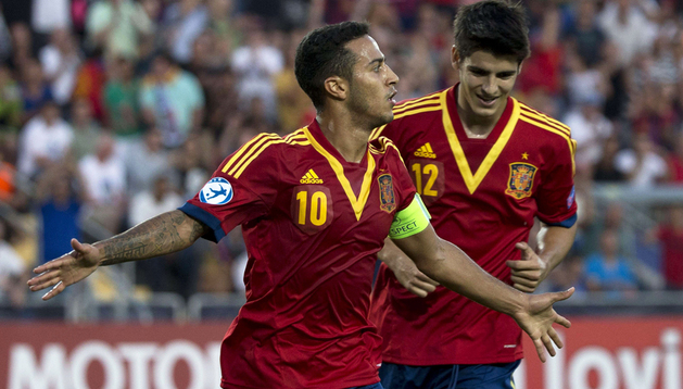 Thiago celebra, acompañado por Morata, uno de los goles marcados a Italia en la final del Europeo subh-21 de Israel