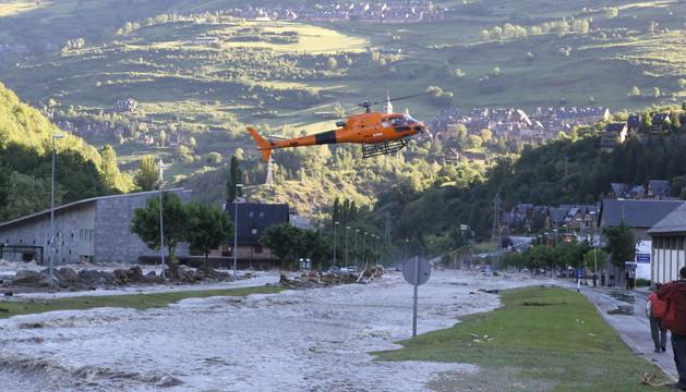 El caudal del río Garona a su paso por el Val d'Aran, que se desbordó a causa de las intensas lluvias y el deshielo.